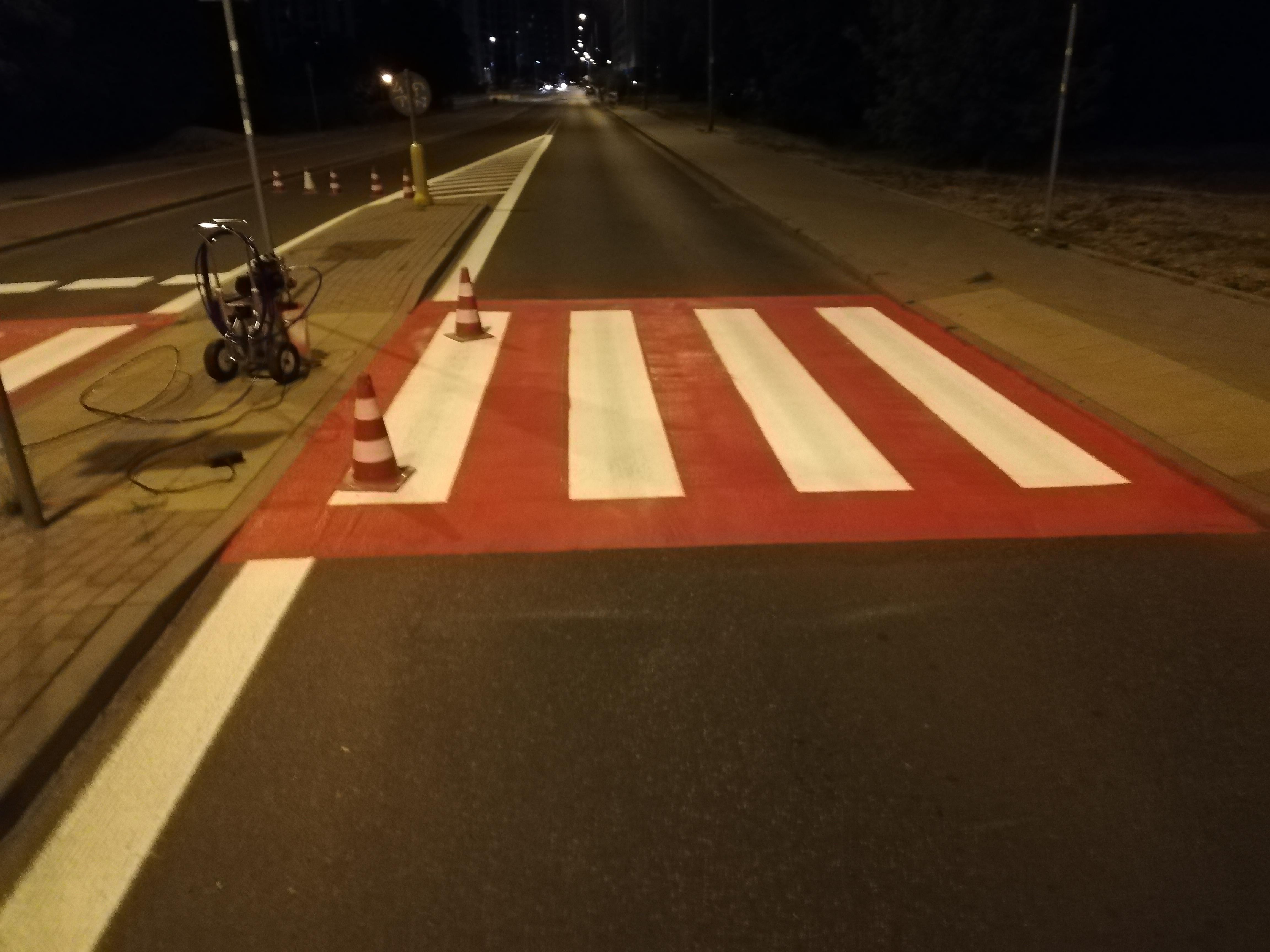 Biało-czerwone przejście dla pieszych